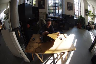 Ich ganz allein an einen topmodernen Schreibtisch